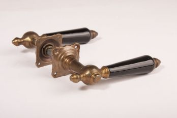 Deurklinken (paar) brons antiek & zwart porselein met rozetten
