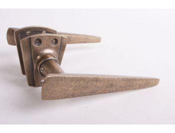 Art Deco deurkruk is gemaakt van massief messing en heeft een brons antieke kleur en wordt geleverd inclusief twee tapse, Art deco rozetten geleverd.
