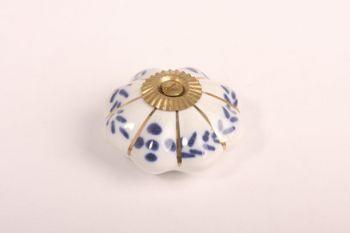 Knop porselein wit met blauwe bloemen 48mm met voetje en messing bout