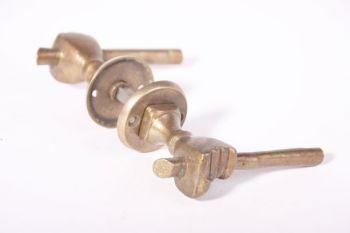 Deurklinken (paar) handje brons antiek met ronde rozetten