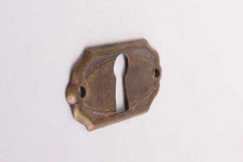 Een sleutelplaatje dun brons antiek gemaakt van messing (massief). Het sleutelplaatje wordt dwars/horizontaal geplaatst. en heeft een sleutelgat.