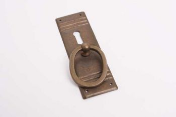 Klassieke greep voor meubeldeurtje brons antiek 33 mm met sleutelgat