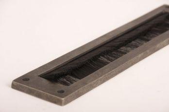 Tochtborstel voor brievenbus zilver antiek met zwarte borstel
