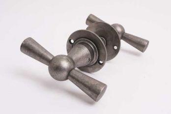 Deurkruk kluis T-kruk met rozetten in zilver antiek per paar
