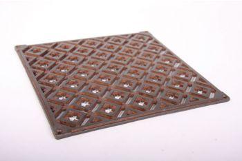 Ventilatierooster gemaakt van gietijzer voor bijvoorbeeld op de buitenmuur/gevel met een roestkleur. De afmetingen zijn 24cm x 24cm.