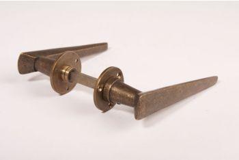 Art Deco deurkruk is gemaakt van massief messing en heeft een brons antieke kleur. De lengte van het handvat is 135mm.